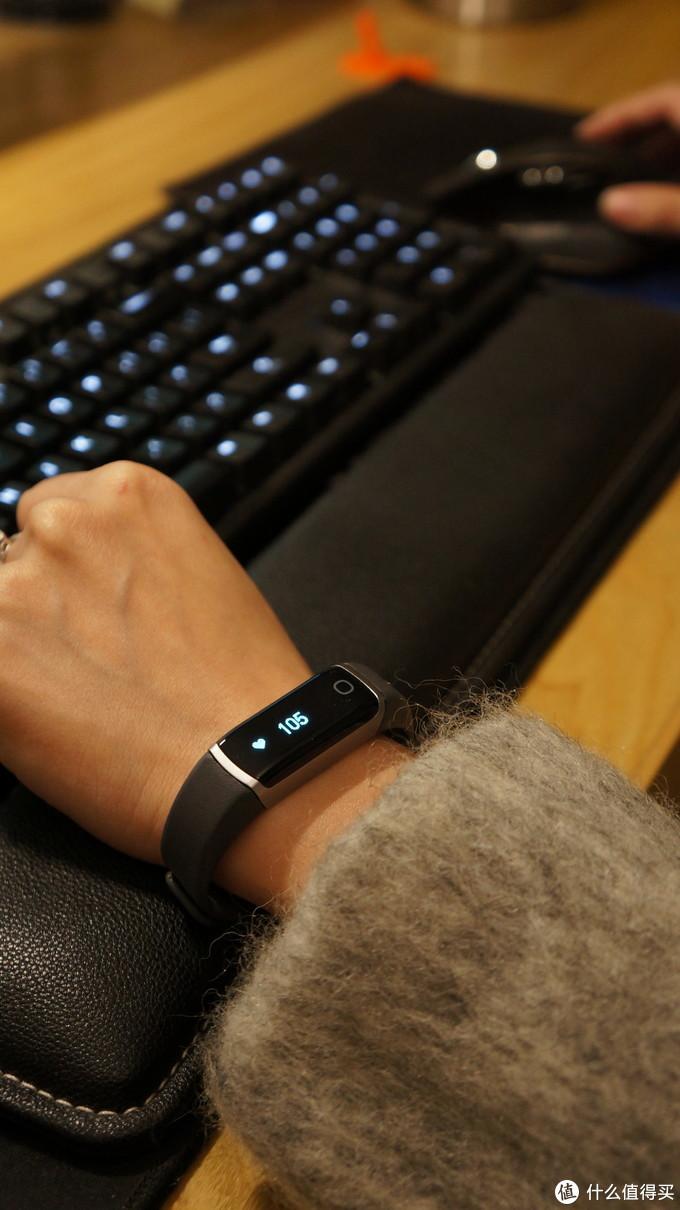 细小的身体还能提供短信微信内容提醒的ziva穿戴手环