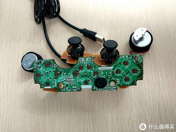 电路板正面,过去手柄不好用就拆开,用橡皮擦擦擦那些触点就可以缓解一