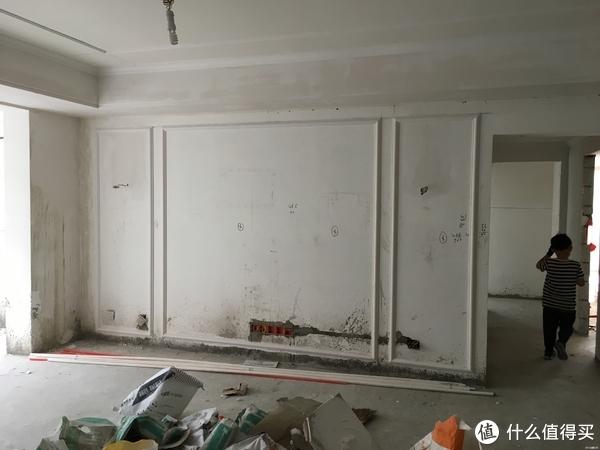 同样是为了营造美式效果,在客厅电视墙和主卧背景墙上做了几组石膏
