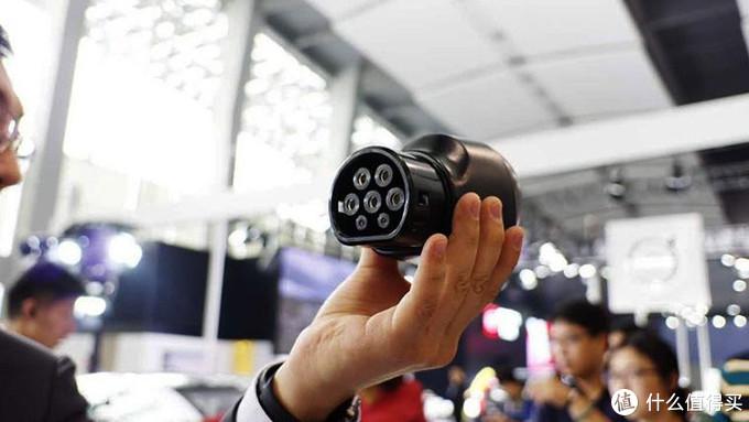 广州车展上发布的特斯拉国标直流适配器