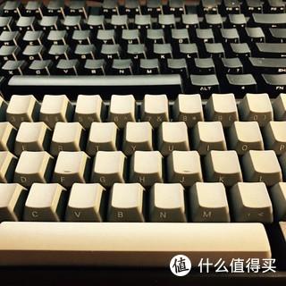 """今天得空 给poker换键帽。原配的键帽是深灰色正刻,淘了一组浅灰+黑的侧刻键帽。号称""""Dolch 复古配色""""。""""Dolch Pac 486""""是PC史上的经典机型之一,灰黑搭配的键盘组合是其最显著的特点。这组键帽质量还不错 。换上后 好像是帅了一点。"""