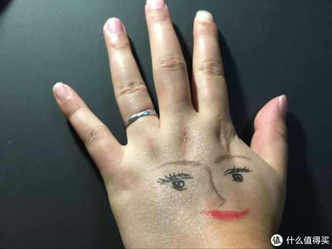 在手上擦了修色防晒还有画了张脸=.=