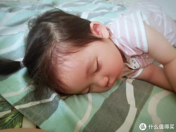 折腾了一早上的小可怜沉沉睡着了