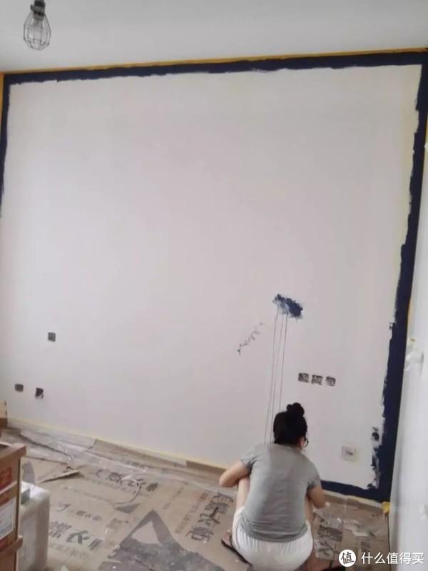 刷彩色墙何必找工人,小两口就能轻松搞定