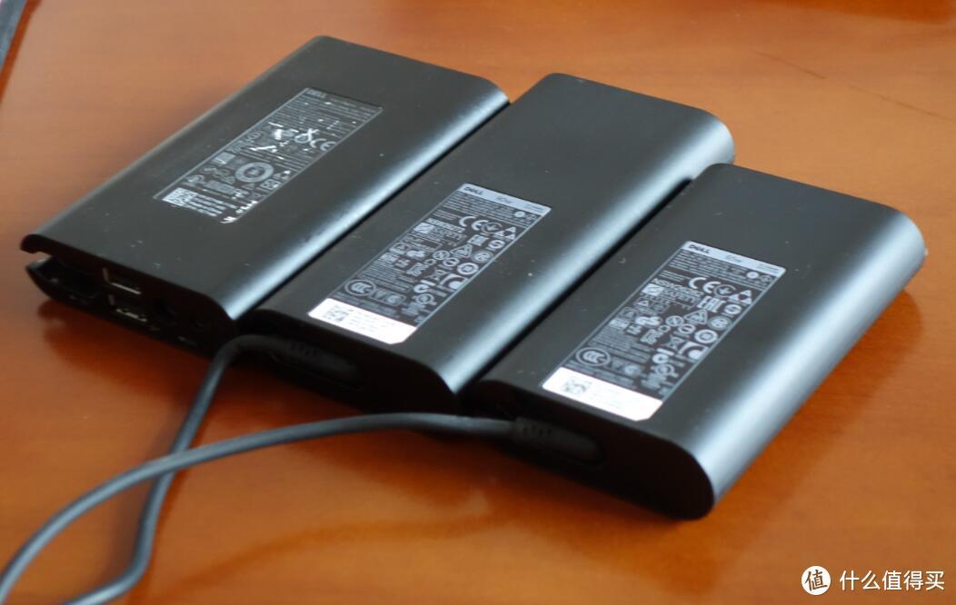 左到右分别是笔记本移动电源、90W适配器、65W适配器