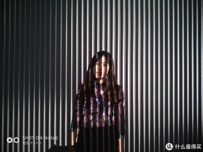 ▲光影下的少女
