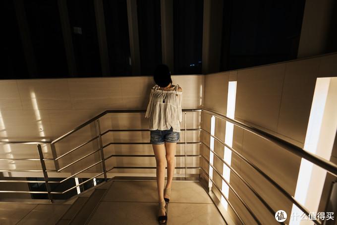 利用超广的透视效果还可以轻松拍摄大长腿