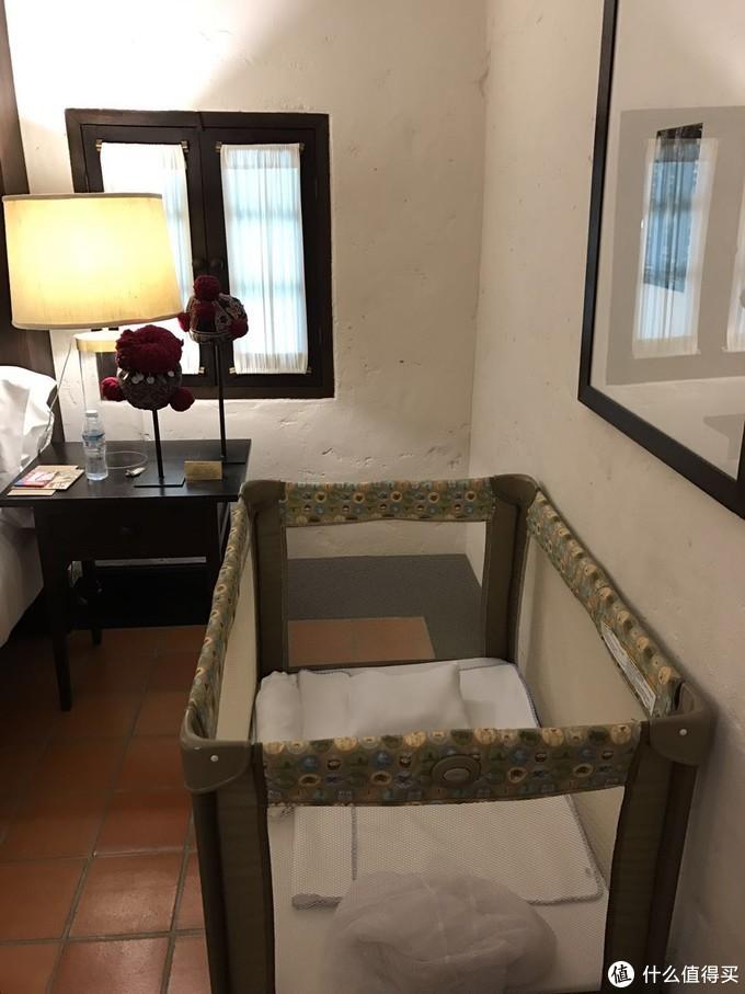 酒店帮忙准备的婴儿游戏床