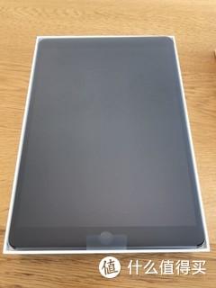 10月底某一天的早上 陪伴我3年的air2突然花屏了 14年购于美国 而且早过保了 检修说是屏幕硬件问题 不是论坛说的内部拍线松了 唉 多么经典的一代产品啊…  然后看了下新ipad   重量比air2重 好吧 我忍 因为便宜  厚度比air2厚 好吧 我再忍 因为便宜  屏幕比air2差 我擦 不能忍了 转去买ipad pro!  然后就在30号 又去了万象城 直接刷卡拿货 加了apple care 又买了个官方套… 之前的air2虽然屏幕花了 但是白色没问题 不影响以旧换新 最终实付6k