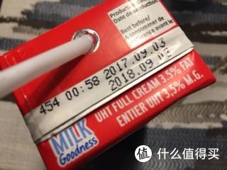 牛奶是刚需哎,为了满减,买了五箱,洋山保税区发货,三天到,日期比较新,来自京东全球购,大妈的爆料,五箱确实有点多了,可以喝一个多月了,单身汪一个人住呢,不说了,喝牛奶去了π_π