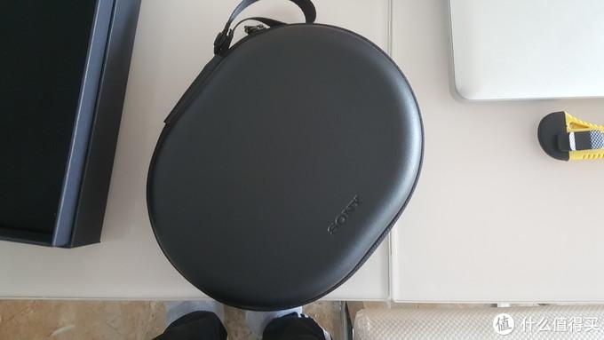 耳机包是  硬  的,拉链上面有个扣子,方便携带。