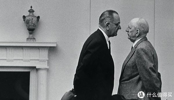 一张是LBJ与参议员RichardRussell。