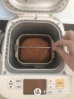 双十一抢到心心念念多年的面包机,还在网上下单了黄油和高筋面粉。确实是全自动傻瓜面包机,但味道和口感总觉得距离正常面包有一定差距。[笑]