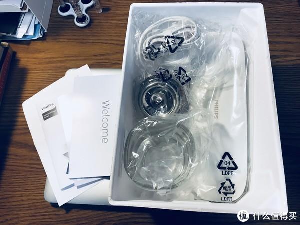 开箱第二层为充电插座,充电玻璃杯和旅行盒