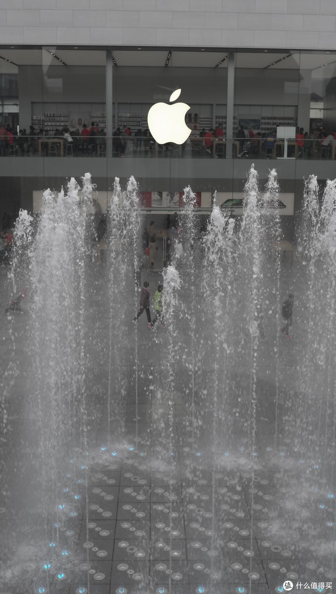 喷泉与苹果logo 多云 自动模式 有裁切 细节经不起推敲