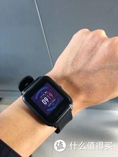 一直想买一条手环,主要使用震动闹钟功能,确保早班起来(清晨5点)不吵醒老婆女儿,后来看来看去,最后首发入了米动手表,用了几个月,还是非常满意的,简单说下优缺点:  优点: 1、续航逆天!官方宣传的45天续航一点不假,我不使用运动、GPS功能,40天的时候还有10%的电。 2、非常轻,戴上后一点感觉都没有,毫无负担。 3、白天完全不需要亮屏,强光下非常清晰。 4、心率监测点凸起不明显,佩戴舒适无异物感。 5、功能丰富强大,面面俱到,12月5日的最新版固件更新后,还增加了24小时全天候心率监测功能,和手表支付宝扫码支付功能。  缺点: 1、表身塑料感明显,略像玩具表;屏幕耐磨度不够,日常小心使用仍会出现细小划痕。 2、屏幕比较小,边框比较大,廉价感比较明显 3、表盘不可以自定义或设计,只有官方定制的几款表盘,个性度不够。 4、操作流畅性不足,感觉像在使用2010年的智能手机,之前有几个固件还存在严重卡顿的现象。 5、生活防水等级,洗热水澡时不建议佩戴。  总的来说,这表是让人十分满意的,几乎不必去在意电量的情况下,信息推送、时间闹钟、计步运动、心率监测,常见的功能都有了,反正是值这个价格。