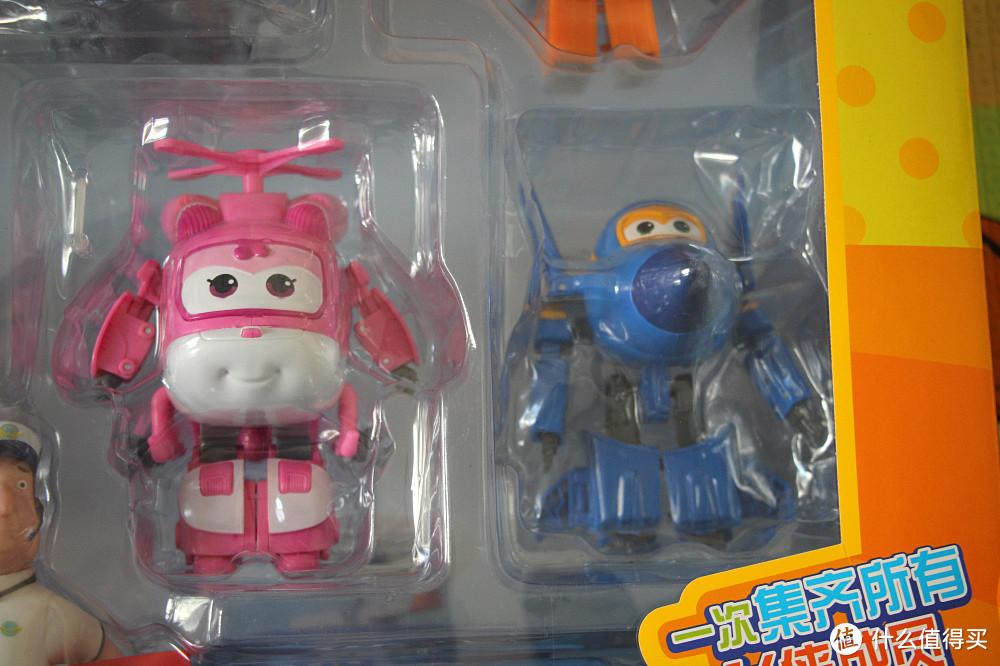 小爱(左),酷飞(右)