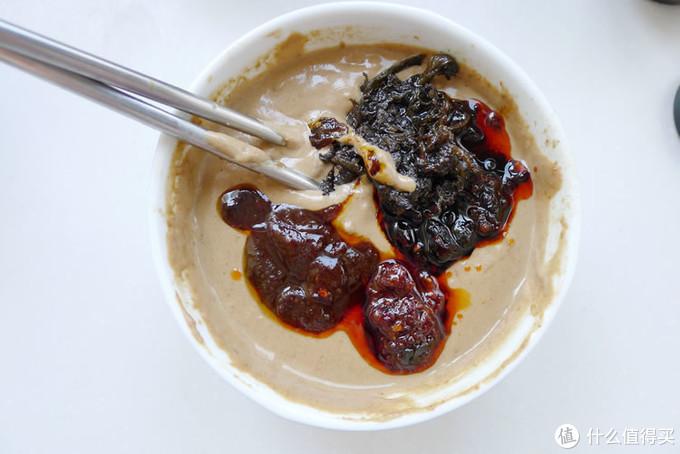 除夕夜,吃着火锅看春晚:如何调出一碗美味的芝麻酱蘸料油碗?