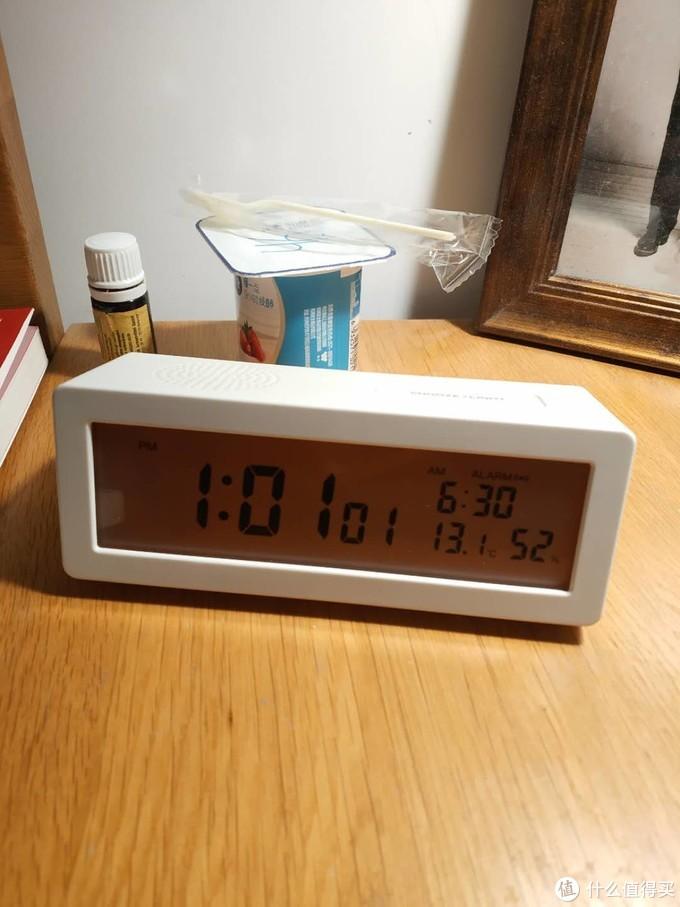 保持机器开启并将温度计移至房间另一侧,最终湿度稳定在52%