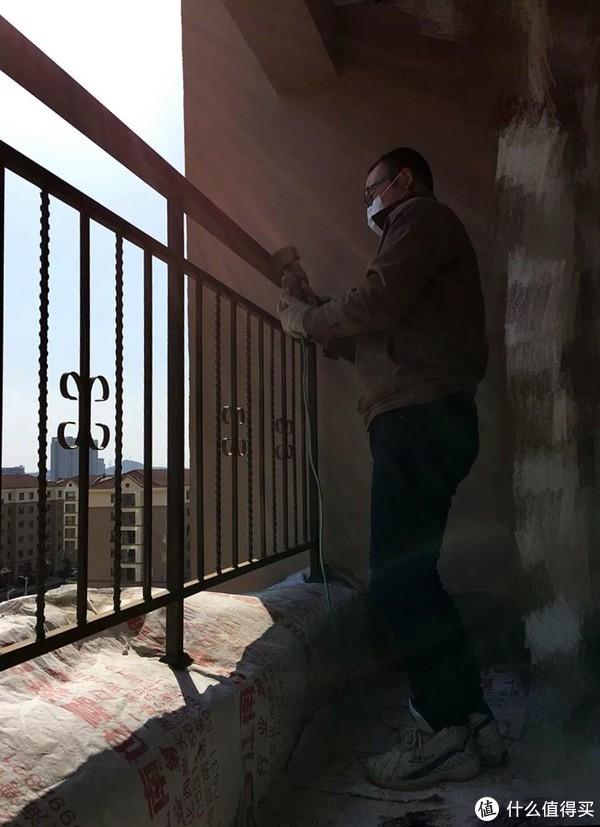 露台的栏杆打磨重新上防锈漆