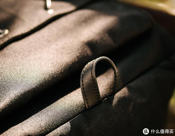 包的底部也有一个皮质扣带,其实我不确定它的功能……