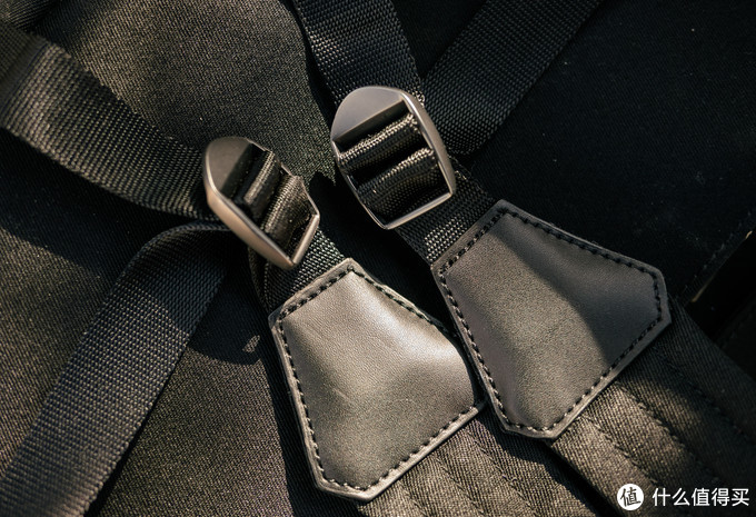 背带扣是金属的