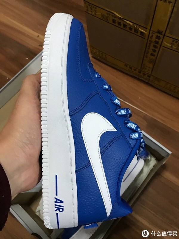 趁着年底耐克折扣店特价买了2双耐克鞋一空军一号童鞋开箱