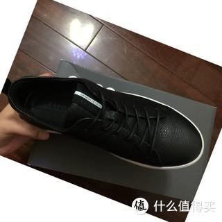 感谢张大妈的爆料,我以60.19欧的价入手了这双小黑鞋。1月28号晚下单,2月10号收到货,历时两个礼拜。热呼呼的刚到手,我就迫不及待来晒单了。 鞋面真皮,是比较有质感的。鞋舌头这里一小白条——daniel design 然后是阴纹的ecco。鞋带是橡皮筋的,适合我这种懒人[赞一个]。底面防滑也做的好。 我平时穿36码,根据张大妈上的晒单推荐,买了ecco的36码,一脚刚合适,感觉37也OK。
