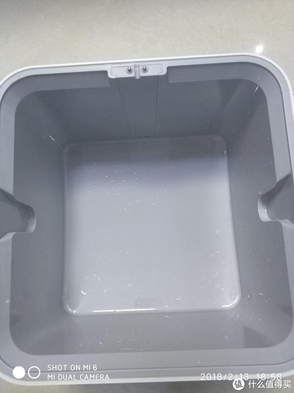 水箱是开放式的,便于清洗,基本一周一次没问题,边上的两个卡槽