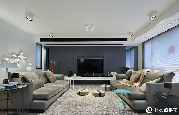 电视墙造型,深灰色为油漆工现场哑光灰色喷漆