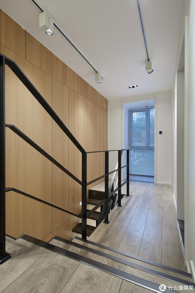 二楼过道,轨道灯可以分开调节照明的区域