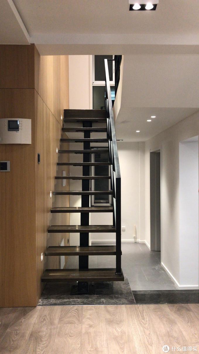 楼梯大理石安装的不好,有色差了