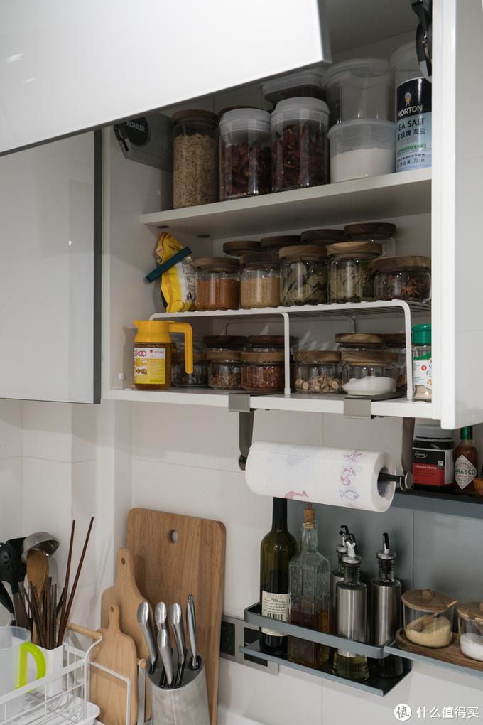 吊轨两侧折叠上翻门里面已经塞满调味品了,下面是家里的餐具们