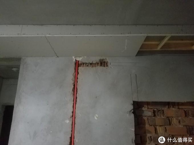 这个位置是幕布的电源因为吊顶的问题,我自己重新砸完往上延伸了