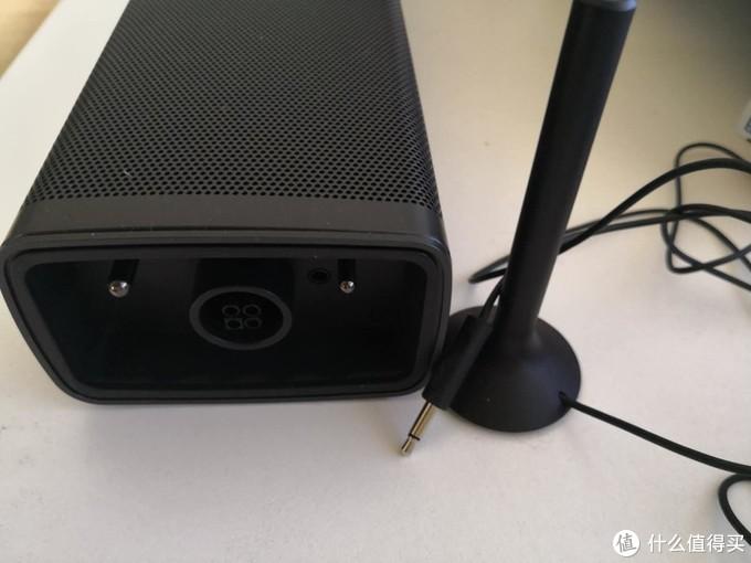 主音箱侧面与环绕音响连接及充电接口。旁边小天线是矫正环绕天线