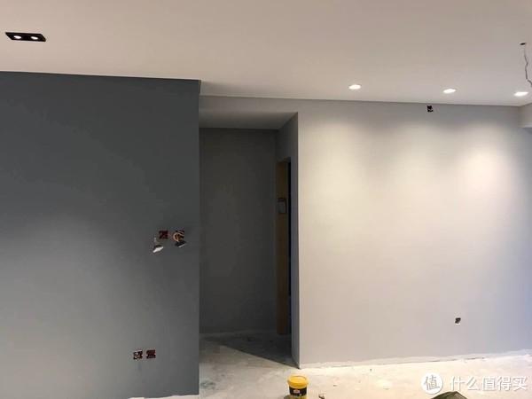 阴影封、射灯、右侧浅灰色墙面