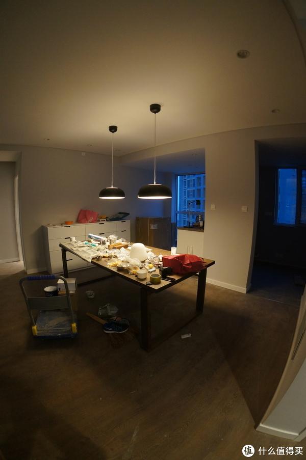 没开周边补光射灯,只开餐桌吊灯效果