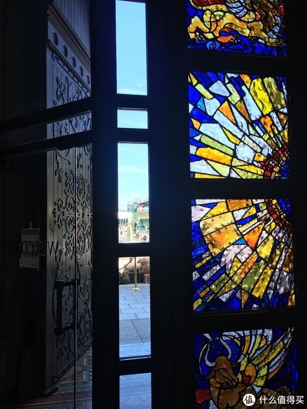 圣保罗大教堂的雕花门和彩色玻璃门