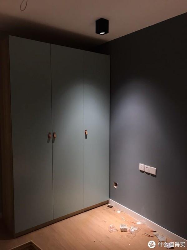 宜家200多块柜门的依然是进口的220cm高度整板。父母那边预算限制没有吊顶,所以用了明装灯具