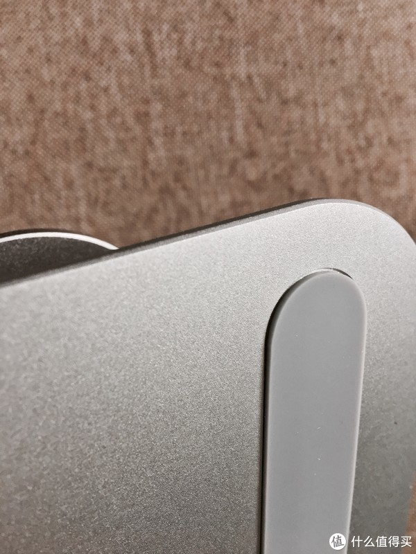 两侧的长条装防滑橡胶垫,在铝合金上开了一个凹槽粘上去的