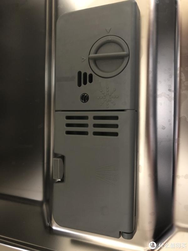 放置洗碗粉(块)以及亮碟剂的小盒子,亮碟剂可以自动侦测存量