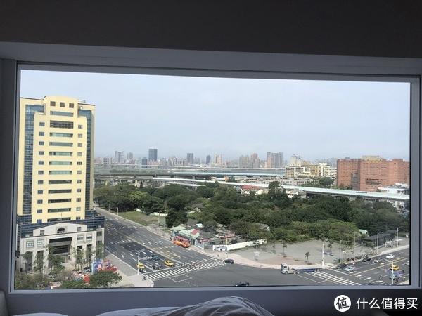 世民的超大床边落地窗,酒店最大的卖点,暴露狂会很兴奋