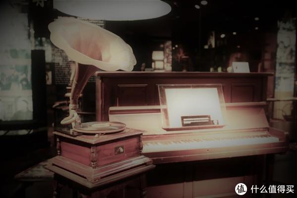 留声机和钢琴都是电影中的道具