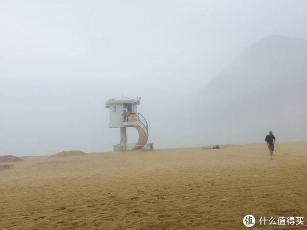 大雾中的石澳海滩显得非常赛博朋克