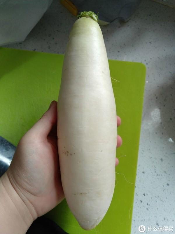 选萝卜要白白的,按一下特别结实的为佳