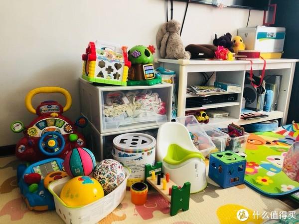 没有儿童房,只有主卧的一部分空间,还有次卧的一部分置物架摆放孩子的东西