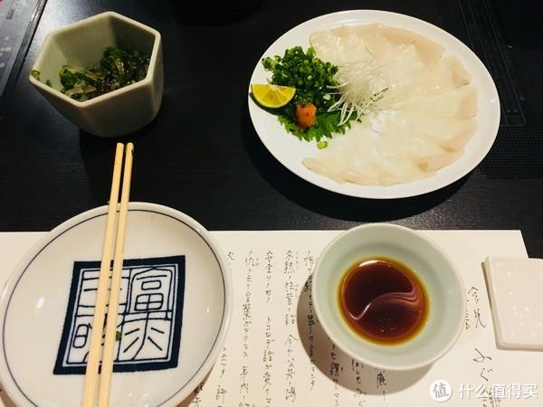 河豚生鱼片可以选择薄切或者厚切,本身的味道比较寡淡。