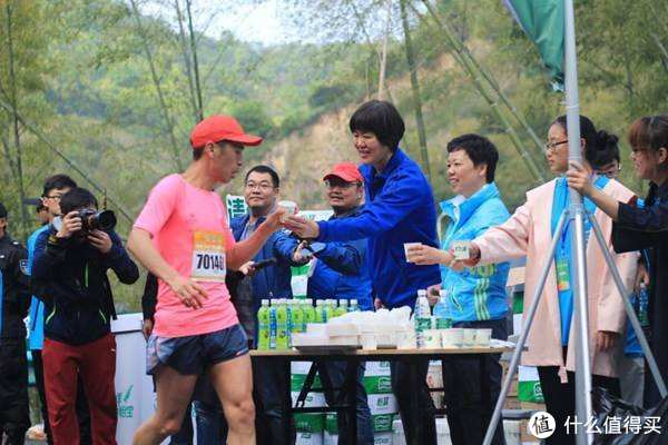 宁波山地马拉松比赛中,国家女排主教练郎平也来当志愿者