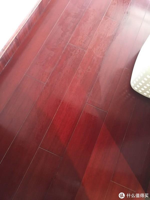 木地板的水印:相比瓷砖干得较慢一点