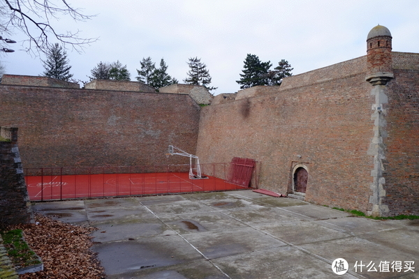 城堡周围的篮球场